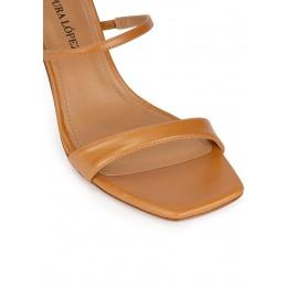 Sandalias de tacón medio y puntera cuadrada en piel camel Pura López