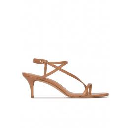 Sandalias de tacón medio en piel camel Pura López