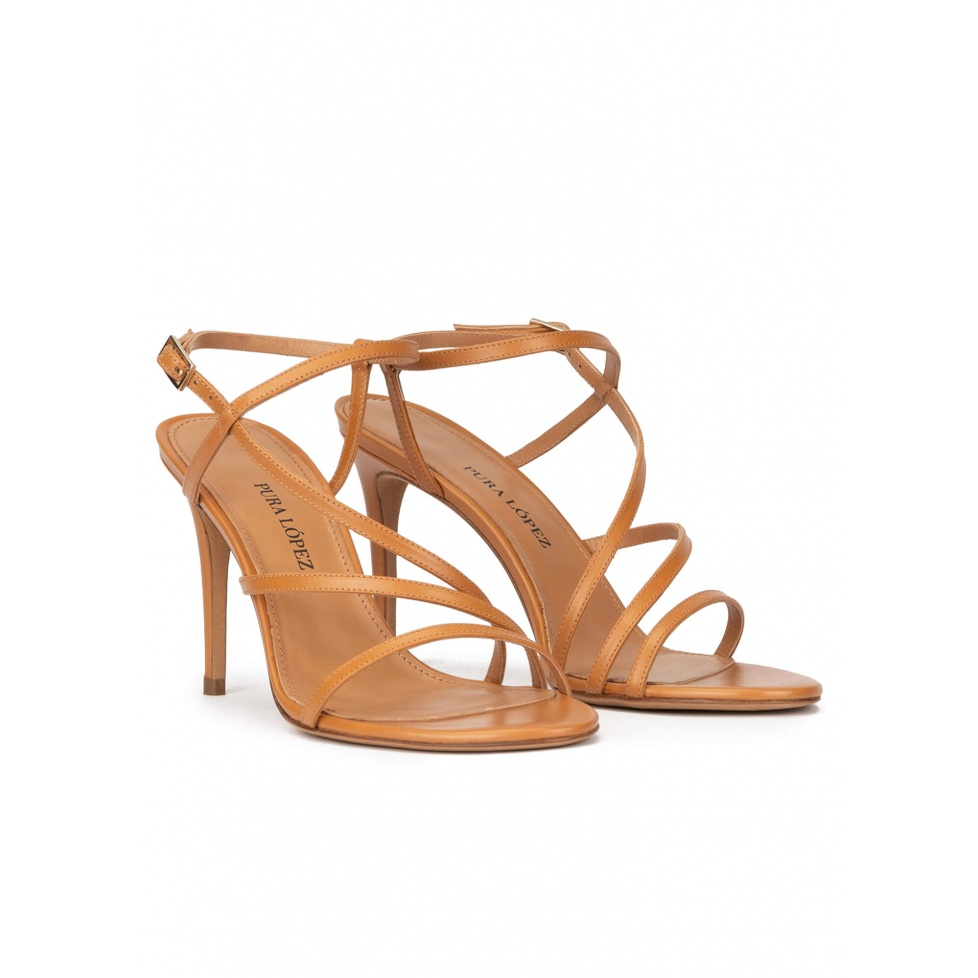 Sandalias de tacón alto en piel camel con diseño de tiras