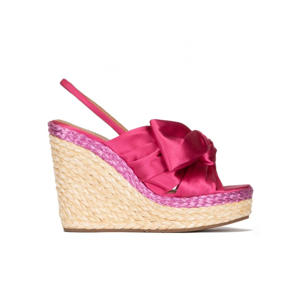 Sandales compensées en satin fuchsia et en raphia naturel