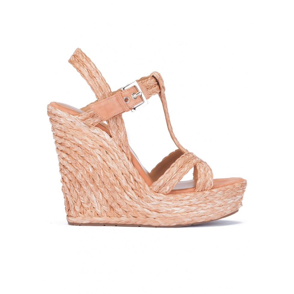 Wedge sandals in old rose raffia