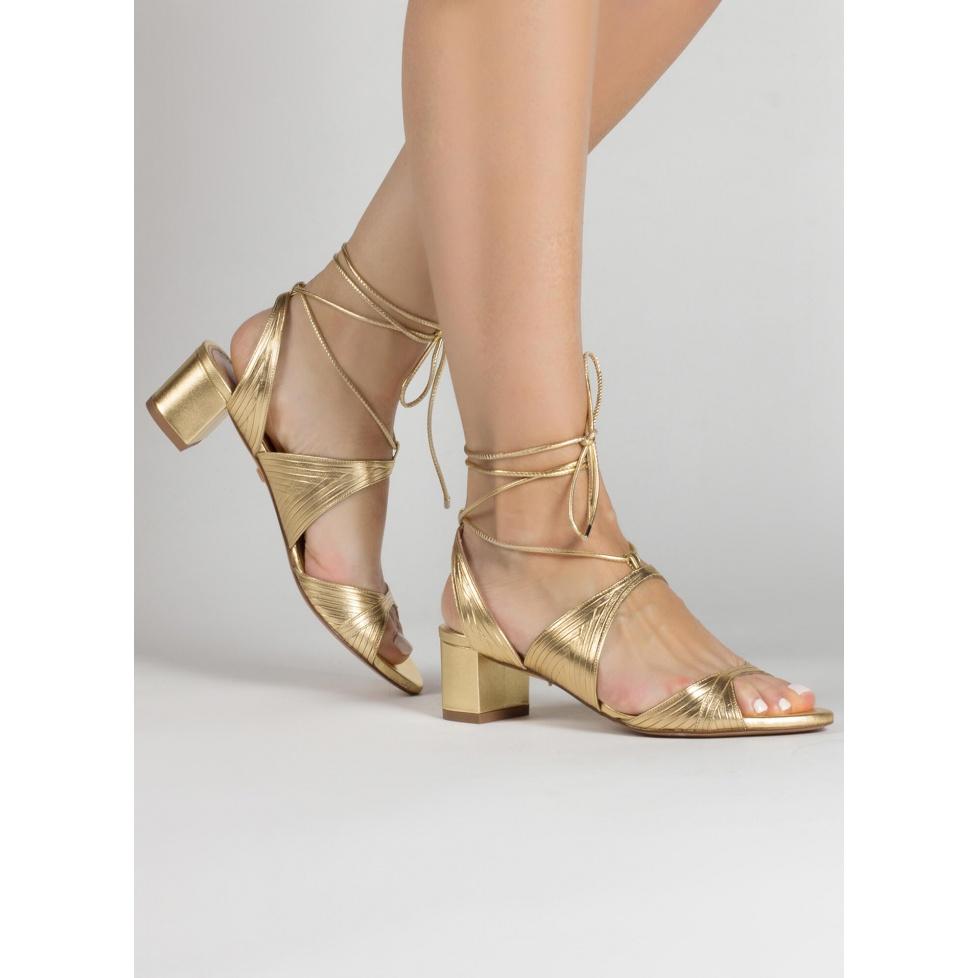 Sandalias doradas de tiras con medio tacón ancho