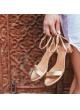 Sandalias doradas de tiras con medio tacón en bloque
