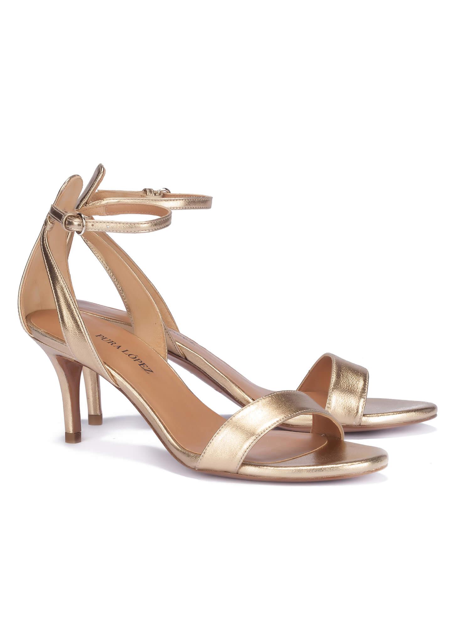 917107722ce Sandalias doradas de medio tacón con pulsera Sandalias oro de tacón medio -  tienda de zapatos Pura López ...