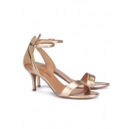 Sandalias doradas de medio tacón con pulsera Pura López