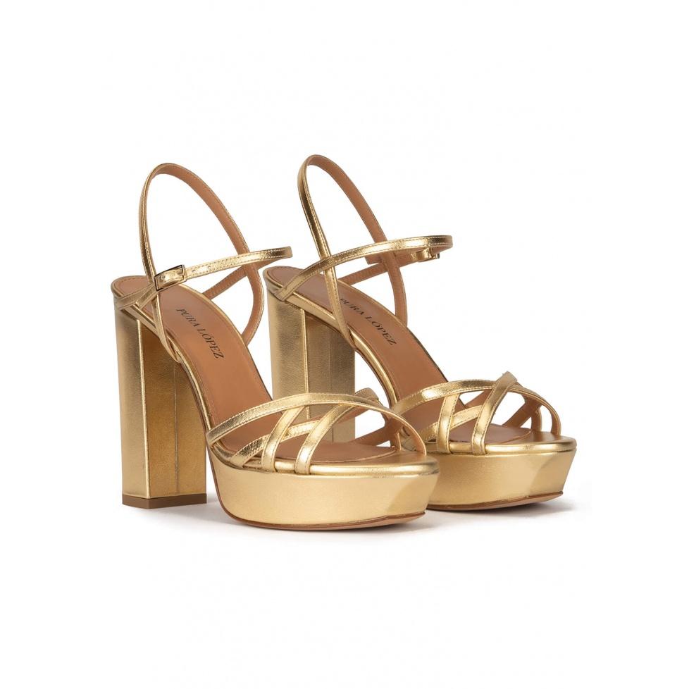 Sandalias de tacón alto ancho con plataforma en piel dorada
