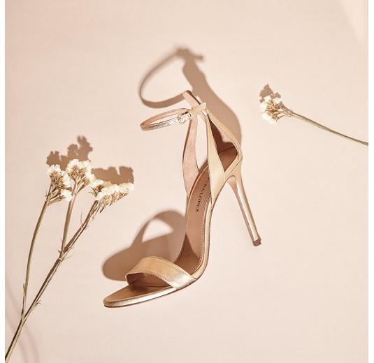 Sandalias doradas de piel con tacón alto y pulsera en el tobillo Pura L�pez