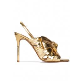 Sandalias doradas de tacón alto fino con adorno de lazo Pura López