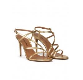 Sandalias de finas tiras y tacón alto en piel dorada Pura López