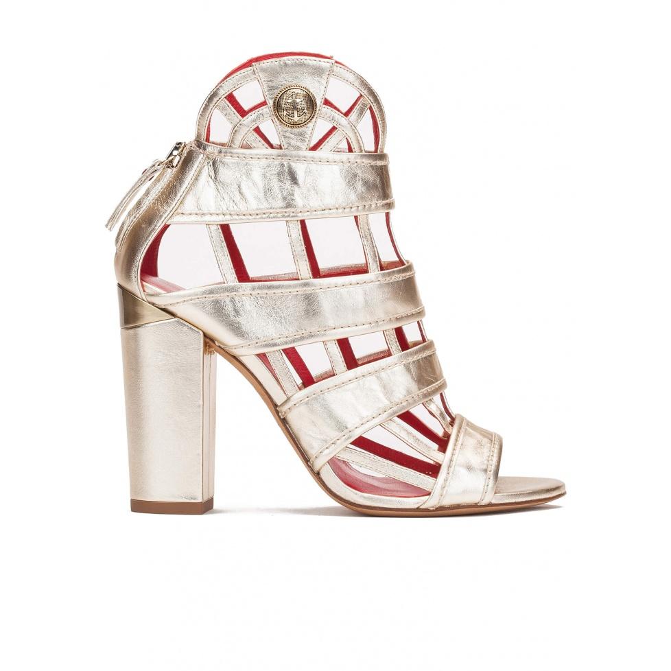 Sandalias de tacón alto en piel metalizada con diseño enrejado