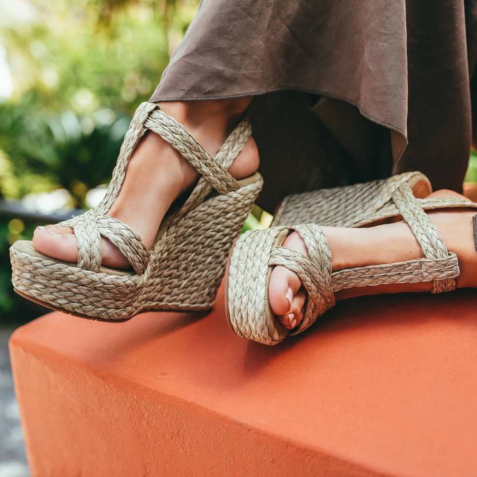 High wedge sandals in taupe raffia and suede
