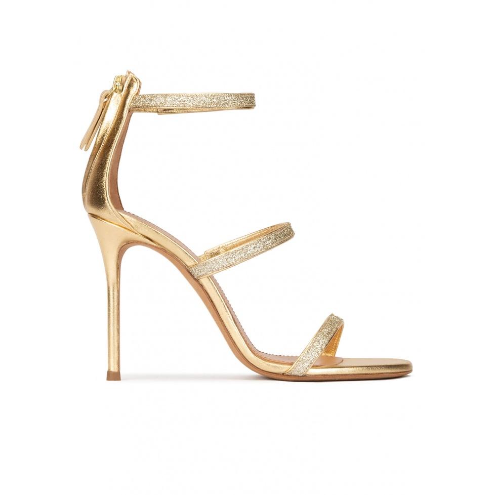 Sandalias de tacón en piel metalizada y glitter dorado