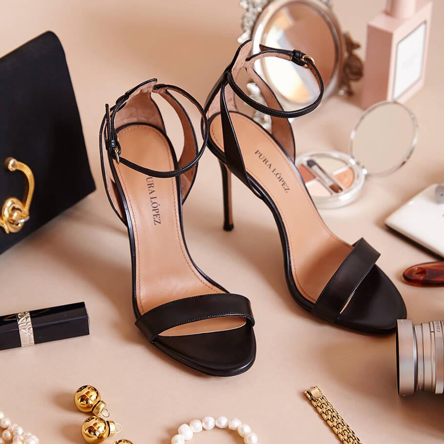 Sandalias negras de piel con tacón alto fino y pulsera