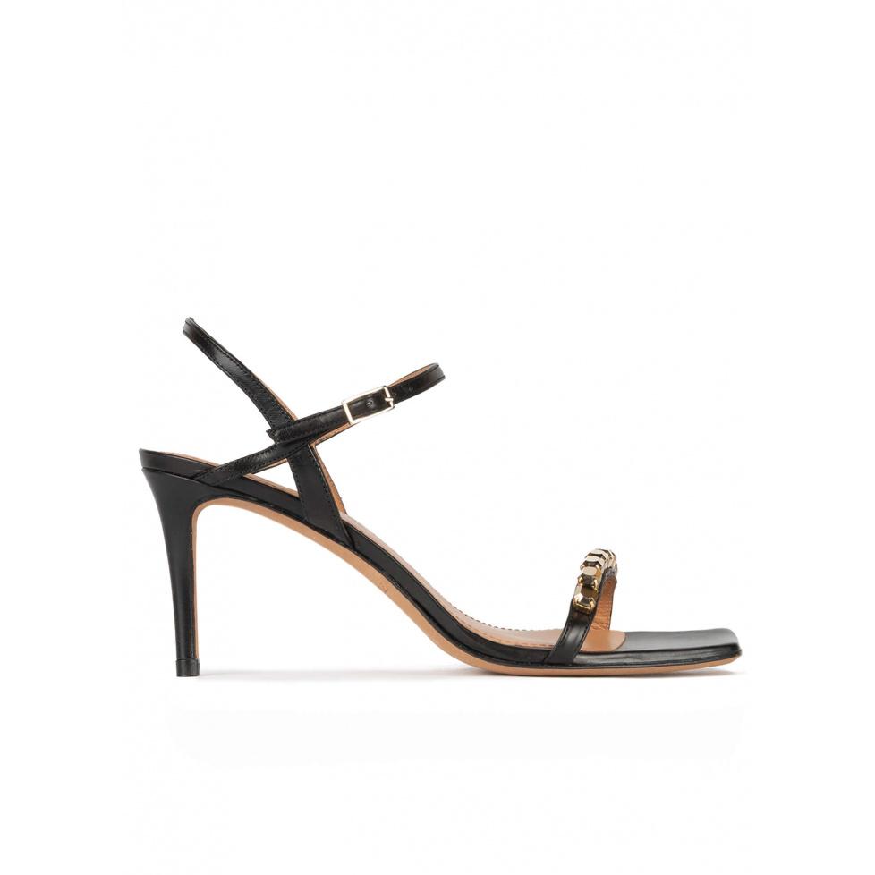 Sandalias negras de piel con tacón medio adornadas con cristales