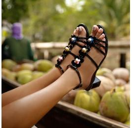 Sandalias de tiras con medio tacón en charol negro con flores Pura López