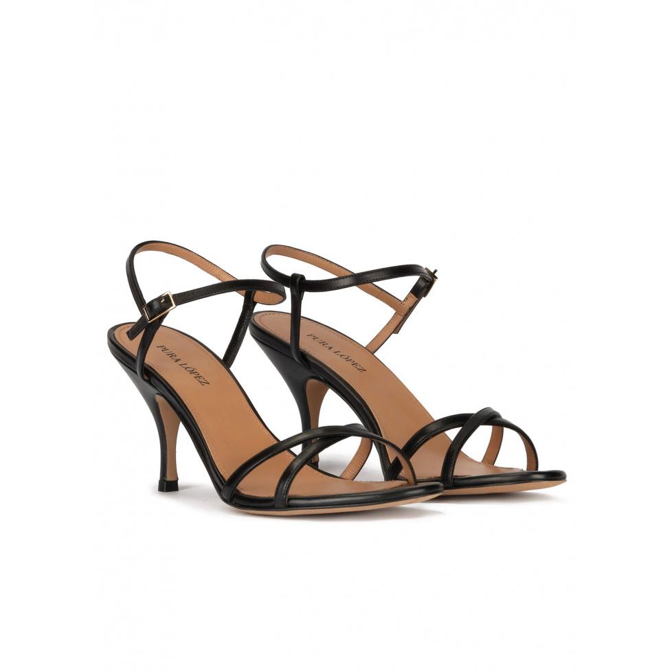 Sandalia de tacón medio en piel color negro con tiras