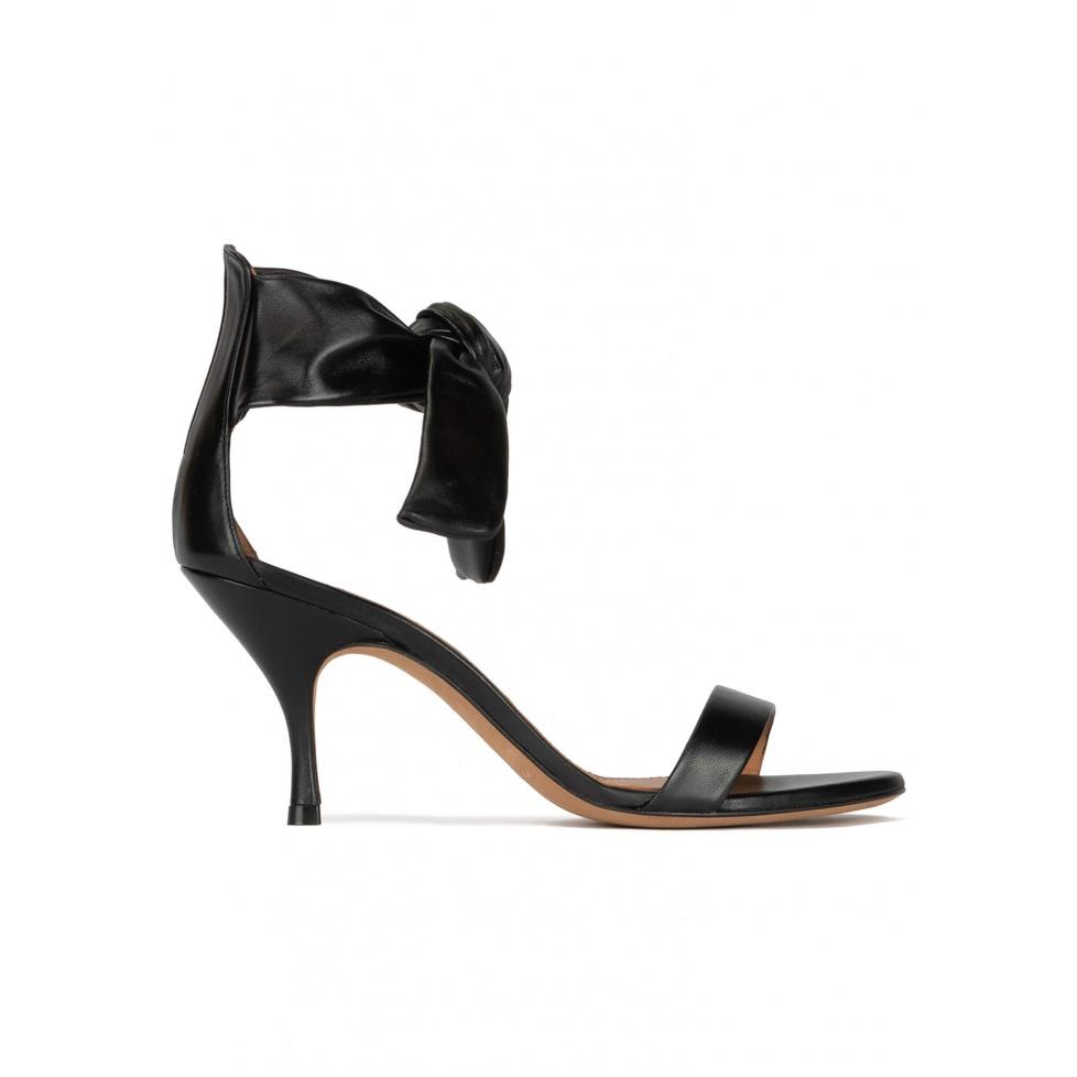 Sandalias negras de piel con tacón medio curvo