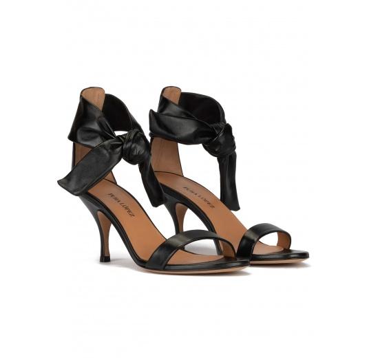 Sandalias negras de piel con tacón medio curvo Pura López