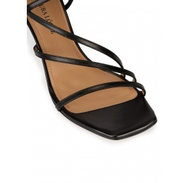 Sandalias negras de piel con puntera cuadrada y tacón medio Pura López