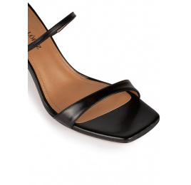 Sandalias negras de piel con tacón medio y puntera cuadrada Pura López