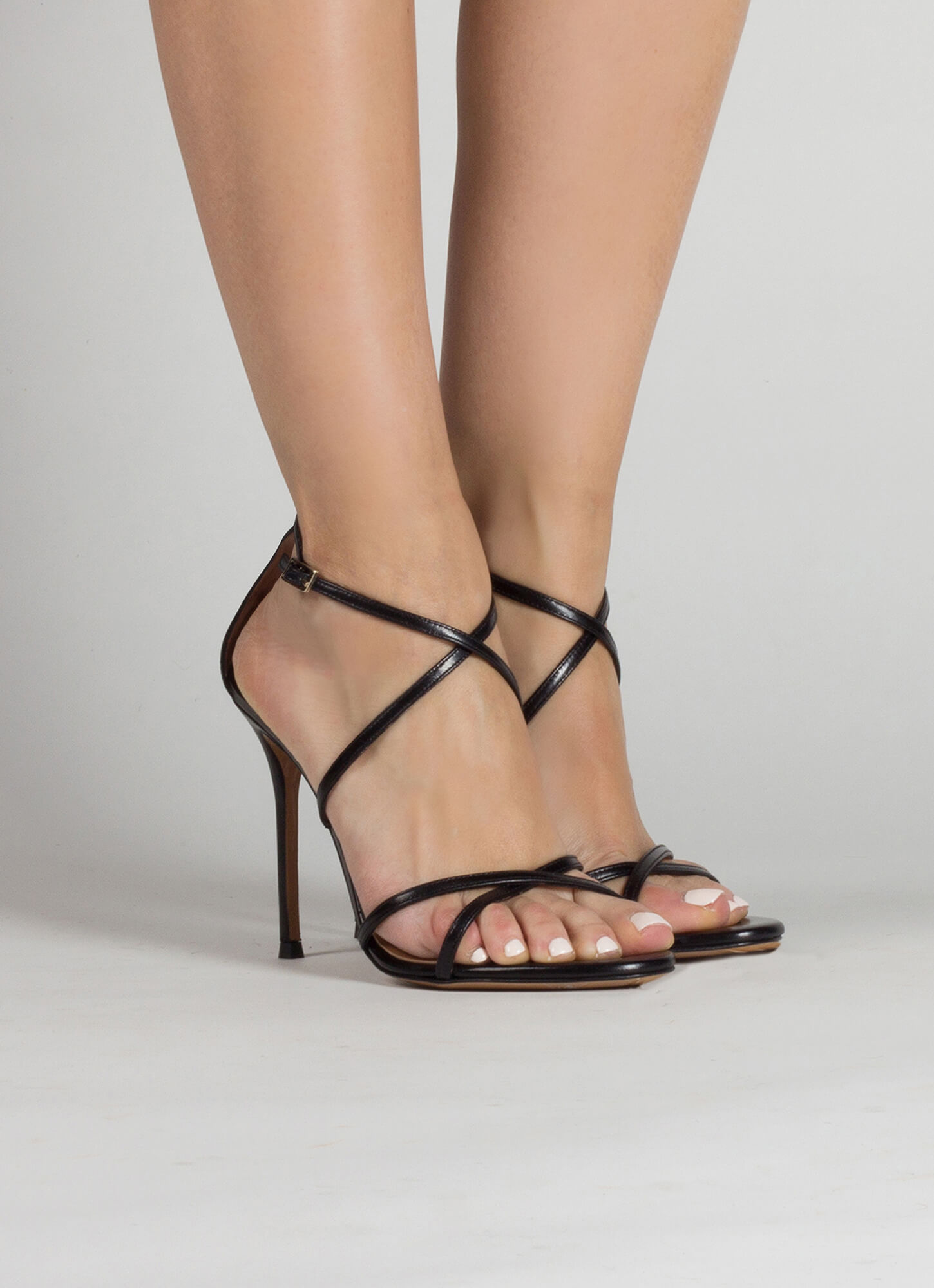 66e1a11351 High heel sandals with crossed straps in black leather · Oria Pura López