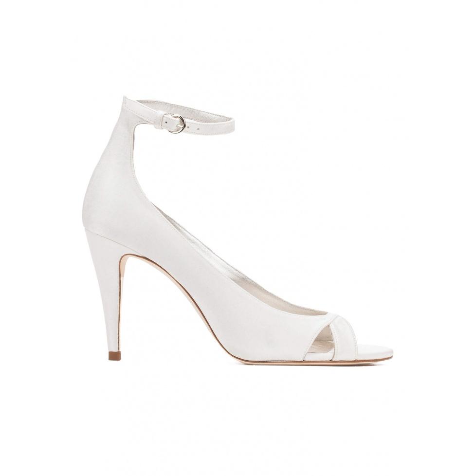 Sandalias de novia de tacón alto en raso blanco roto con pulsera