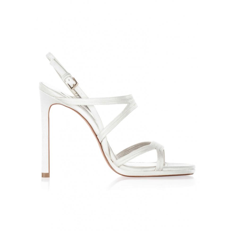 Sandalias de novia con tacón alto en raso blanco roto