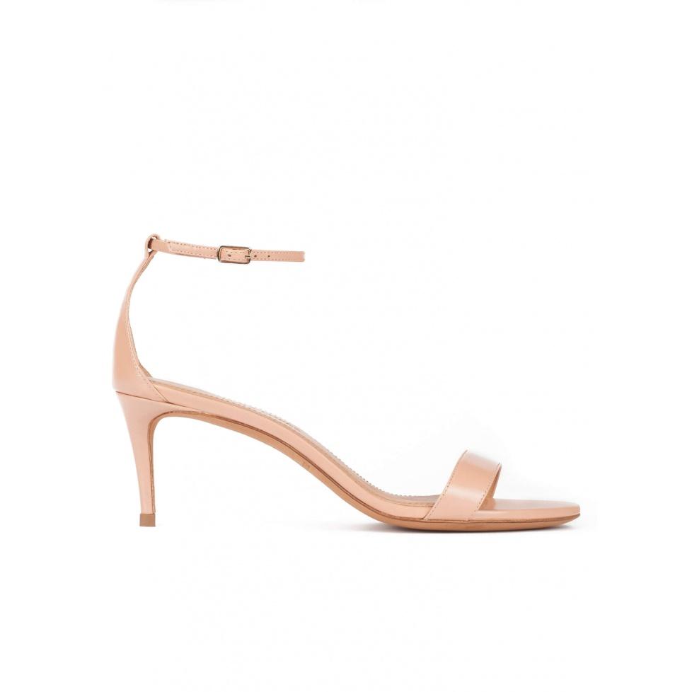 Sandalias de medio tacón en piel nude con pulsera en el tobillo