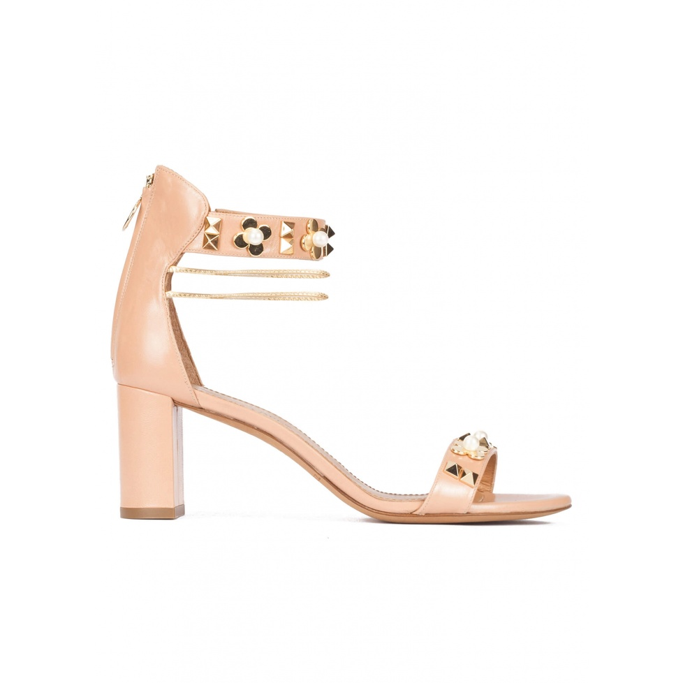 Mid block heel sandals in nude leather with flower trims
