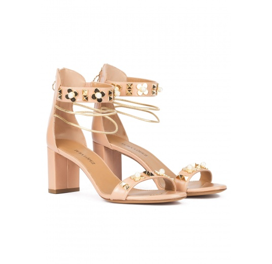 Mid block heel sandals in nude leather with flower trims Pura L�pez