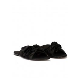 Sandalias planas de raso negro con detalle de lazo Pura López