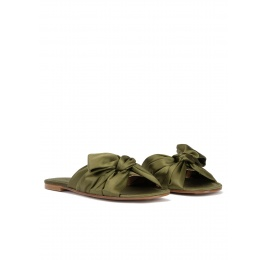 Bow detailed flat sandals in caqui green satin Pura López