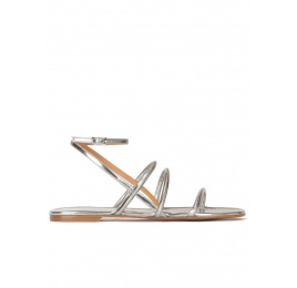 Sandalias planas de tiras en piel plateada con pulsera Pura López