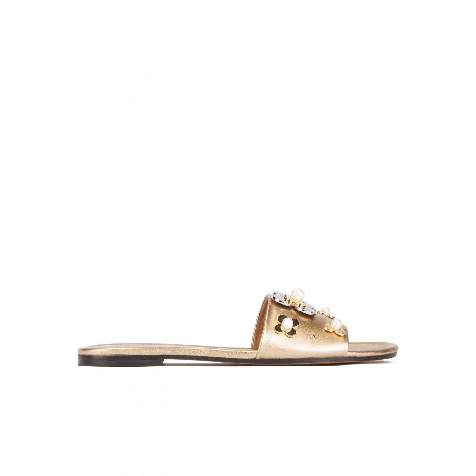 Flower-embellished flat sandals in golden metallic leather