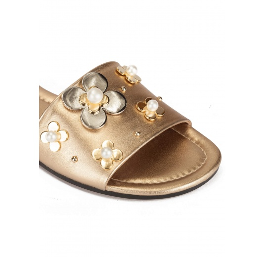 Flower-embellished flat sandals in golden metallic leather Pura L�pez