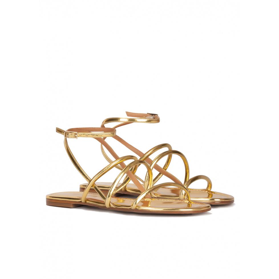 Sandalias planas de tiras en piel dorada efecto espejo
