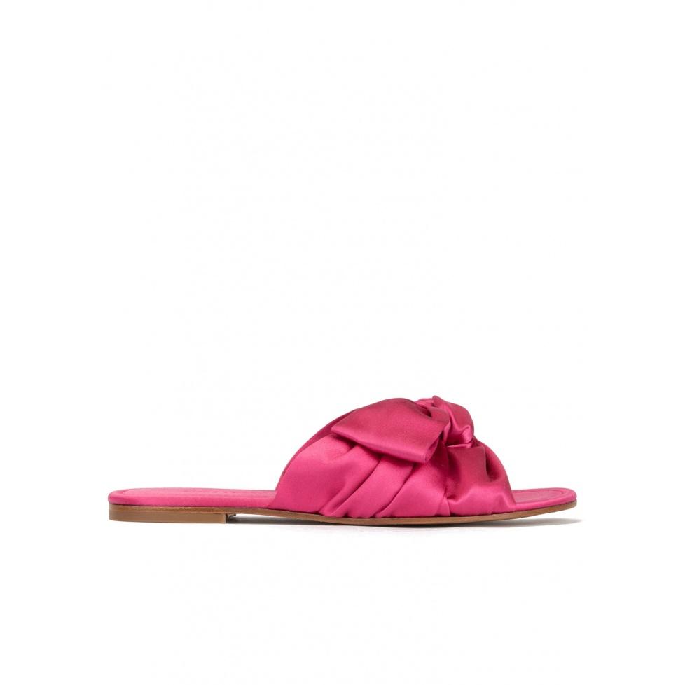 Sandalias planas de raso en color fucsia con detalle de lazo