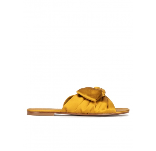 Bow detailed flat sandals in mustard satin Pura López