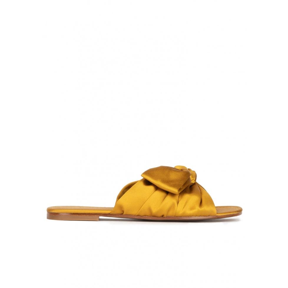 Sandalias planas en raso ocre con detalle de lazo
