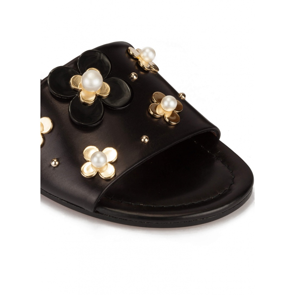 Flower-embellished slides in black leather