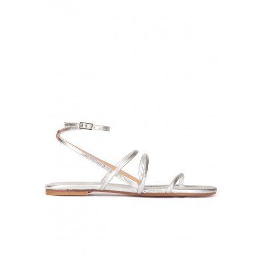 Sandalias planas de tiras en piel plateada con pulsera Pura L�pez