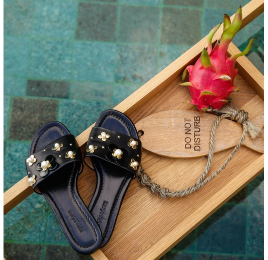 Flower-embellished slides in black leather Pura L�pez