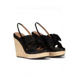 Sandales compensées en satin noir et en raphia naturel Pura López