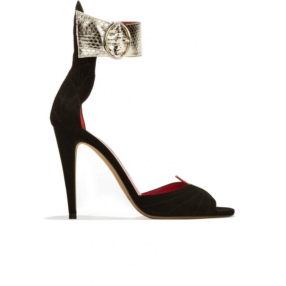 Sandalias de tacón alto con pulsera en piel de serpiente con detalle de hoja en el talón