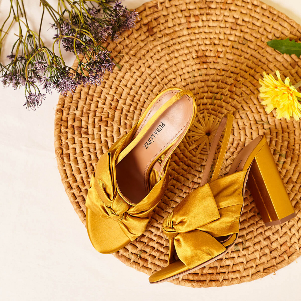 Bow-detailed high block heel sandals in mustard satin