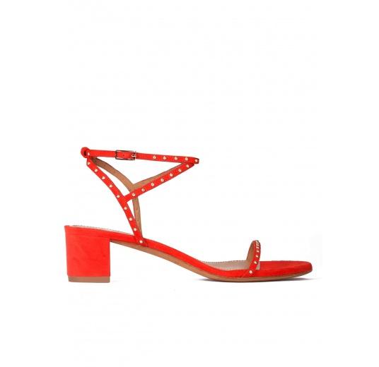 Sandalias de medio tacón en ante rojo con tachuelas Pura L�pez
