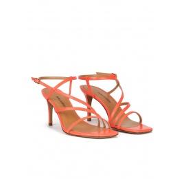 Sandalias de punta cuadrada y tacón fino en piel rosa coral Pura López