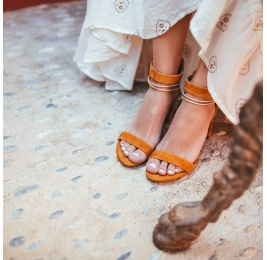 Sandalia de tacón ancho en ante camel con con pulsera multitiras Pura López