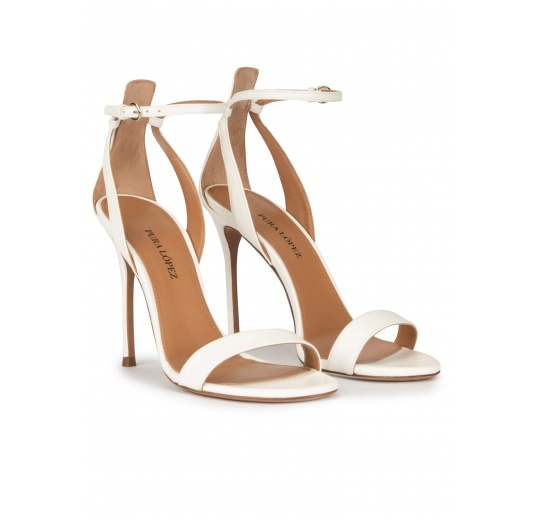 Sandalias de tacón alto fino en piel blanco roto con pulsera Pura López