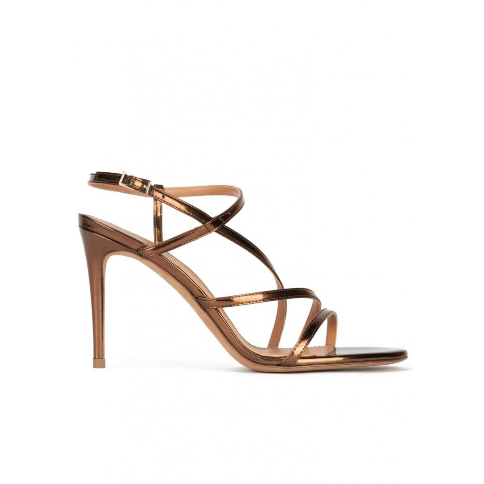 Sandalias de diseño minimalista con tacón alto en piel bronce